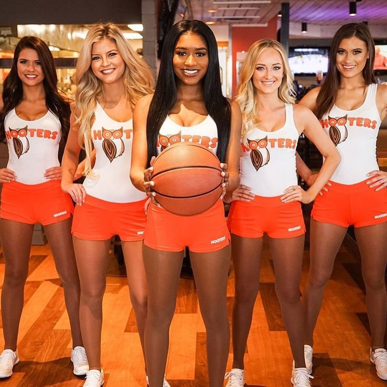 busty hooters girl